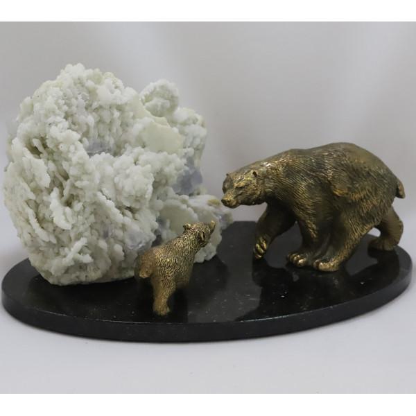 Белые медведи, кальцит, халцедон, флюорит, подставка долерит