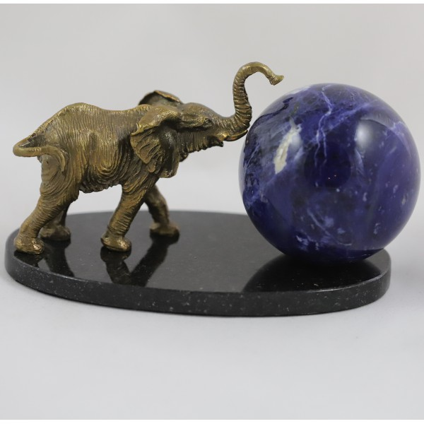 Слон с шаром содалита, подставка долерит