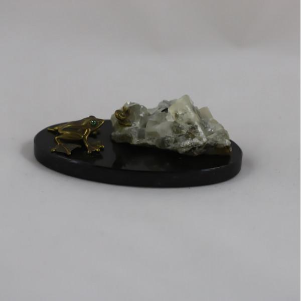 Лягушка с улиткой, флюорит кварц, подставка долерит
