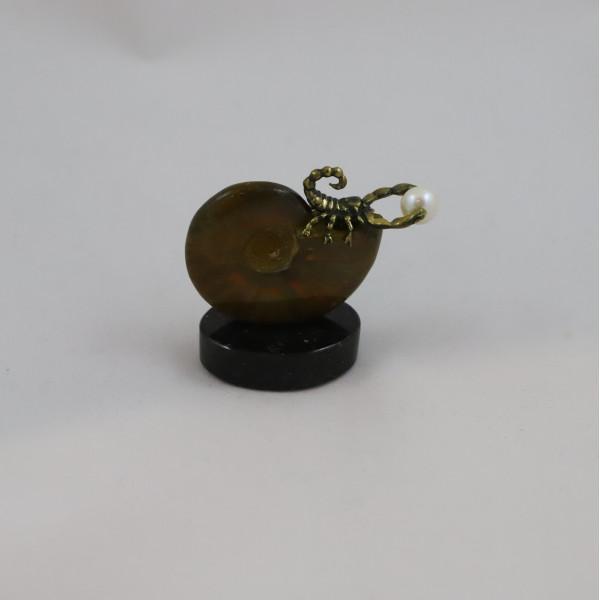 Скорпион на аммоните , подставка долерит