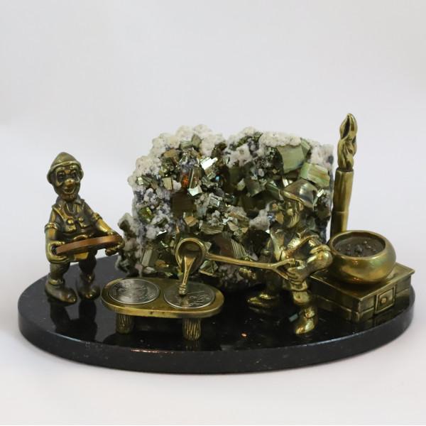 Гномы литейщики монет, пирит, кальцит, подставка долерит