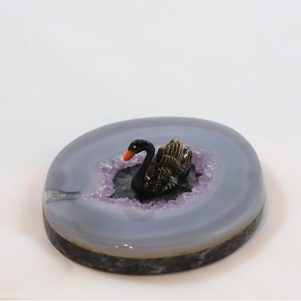Черный лебедь на аметисте